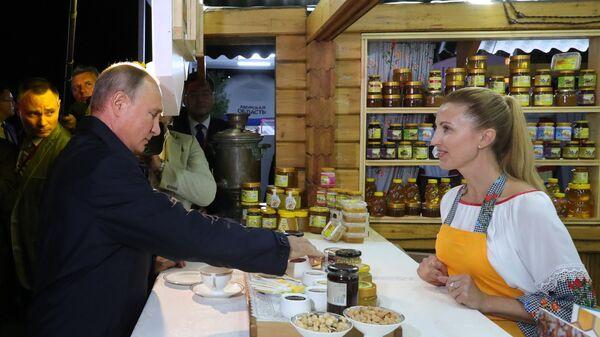 Президент РФ Владимир Путин во время совместного с председателем КНР Си Цзиньпином посещения выставки в рамках ВЭФ Улица Дальнего Востока