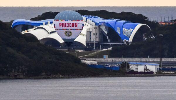 Тепловой аэростат Россия совершает перелет через пролив Босфор Восточный с северной части острова Русский во Владивосток в честь открытия IV Восточного экономического форума
