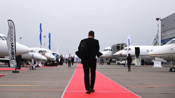 Посетитель на международной выставке деловой авиации RUBAE 2018 в подмосковном Внуково