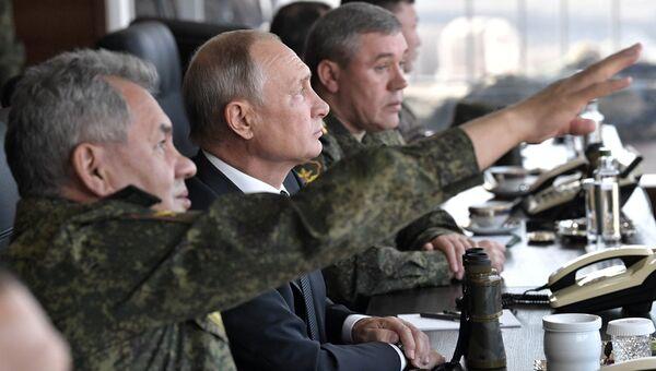 Верховный главнокомандующий ВС РФ, президент РФ Владимир Путин наблюдает за ходом военных маневров российских, монгольских и китайских вооруженных сил Восток-2018