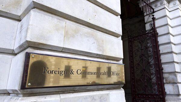 Вывеска у входа в здание Министерства иностранных дел в Лондоне