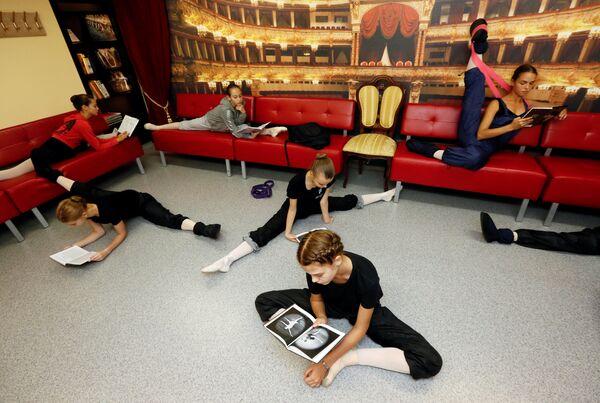 Балерины во время перерыва в Красноярском хореографическом колледже. 12 сентября 2018 года