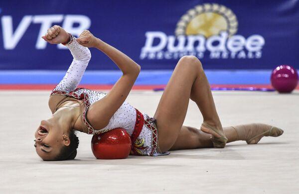 Дина Аверина (Россия) выполняет упражнения с мячом в индивидуальной программе на чемпионате мира по художественной гимнастике 2018 в Софии