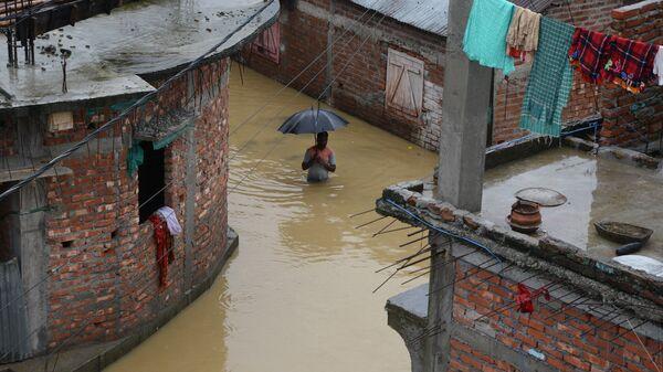 Во время наводнения в Силигури, Индия