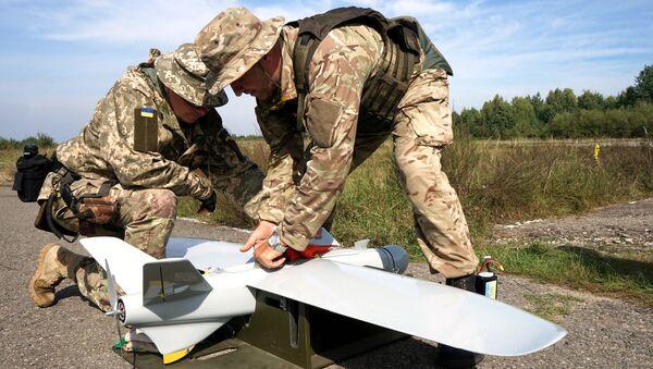 Украинские военные с беспилотным летательным аппаратом. Архивное фото