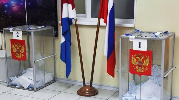 Урны с бюллетенями на избирательном участке. Архивное фото
