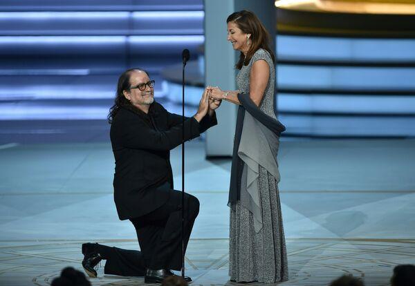 Гленн Вайс, получивший награду за лучшую режиссуру, сделал предложение своей возлюбленной во время 70-й церемонии вручения награды Primetime Emmy Awards в Лос-Анджелесе