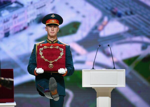 Военнослужащий почетного караула перед началом церемонии официального вступления в должность мэра Москвы Сергея Собянина в Московском концертном зале Зарядье