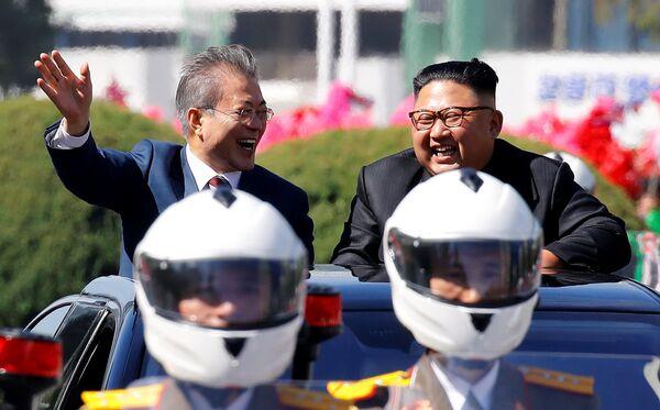 Президент Южной Кореи Мун Чжэ Ин и лидер Северной Кореи Ким Чен Ын во время парада в Пхеньяне, Северная Корея. 18 сентября 2018