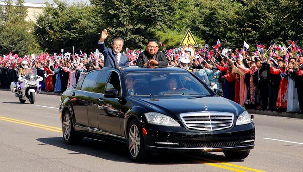 Президент Южной Кореи Мун Чжэ Ин и лидер Северной Кореи Ким Чен Ын во время парада в Пхеньяне