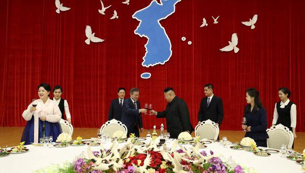 Президент Южной Кореи Мун Чжэ Ин и лидер Северной Кореи Ким Чен Ын во время торжественного приема в Пхеньяне. 18 сентября 2018