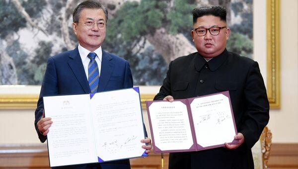 Президент Южной Кореи Мун Чжэ Ин и лидер КНДР Ким Чен Ын во время встречи в Пхеньяне. 19 сентября 2018