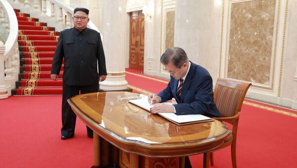 Лидер КНДР Ким Чен Ын и пррезидент Южной Кореи Мун Чжэ Ин во время встречи в Пхеньяне