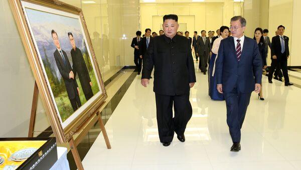 Лидер КНДР Ким Чен Ын и пррезидент Южной Кореи Мун Чжэ Ин во время встречи в Пхеньяне. 18 сентября 2018