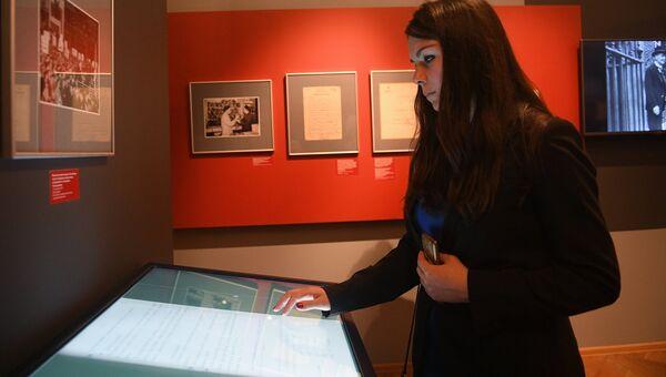 Посетительница во время открытия историко-документальной выставки «Мюнхен-38. На пороге катастрофы», приуроченной к 80-й годовщине подписания Мюнхенского соглашения 1938-го года, в Москве