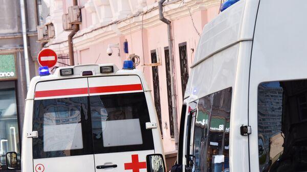 Автомобили скорой помощи и полиции на улице Москвы