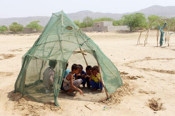 Дети, перемещенные из Ходейды, играют в лагере для временно перемещенных лиц в районе Абс провинции Хаджа