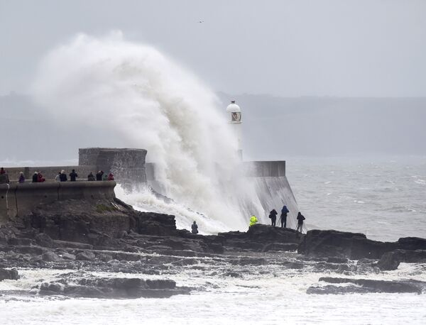 Волны, разбивающиеся о маяк в Порткоуле, Уэльс