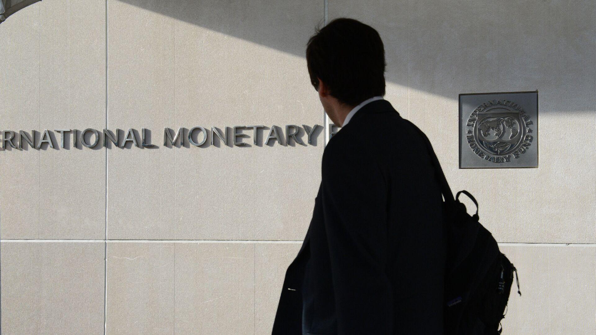 Мужчина у здания Международного валютного фонда в Вашингтоне - РИА Новости, 1920, 28.11.2020