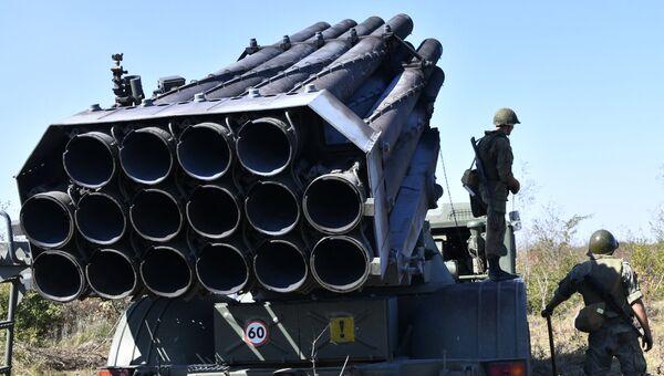 Реактивная система залпового огня (РСЗО) Ураган во время тактических артиллерийских учений