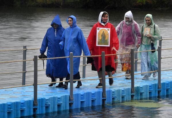 Участники VII Елисаветинского крестного хода во время переправы через Москву-реку из села Ильинское в село Усово
