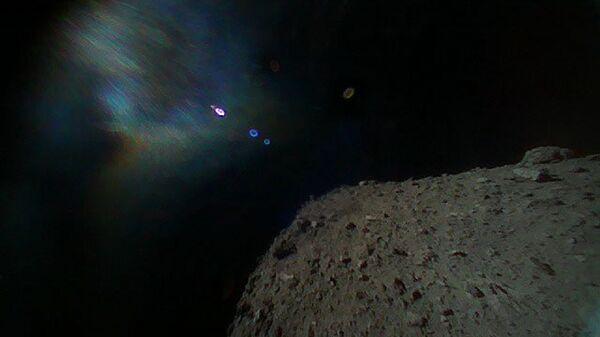 Фотография, сделанная зондом Rover-1B почти сразу после отделения от автоматической межпланетной станции Хаябуса-2
