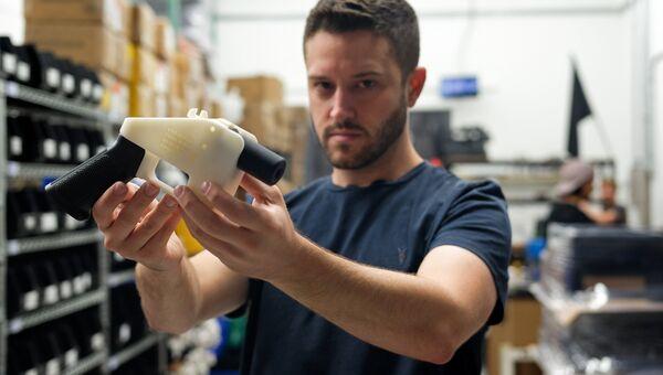 Владелец компании Defense Distributed Коди Уилсон с пистолетом, изготовленном на 3D-принтере. Архивное фото