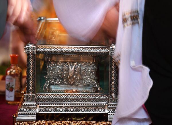 Прихожане поклоняются мощам святителя Спиридона Тримифунтского, доставленным в Россию с греческого острова Корфу, в Храме Христа Спасителя