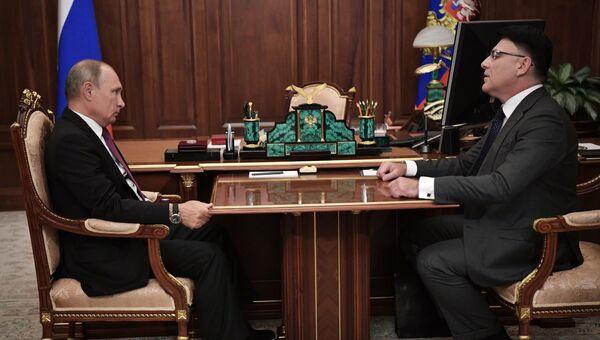 Президент РФ Владимир Путин и руководитель Роскомнадзора Александр Жаров во время встречи