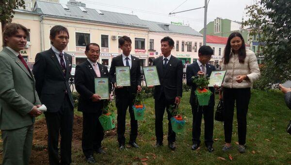 Представители японских и российских неправительственных организаций во время посадки деревьев на Серпуховской площади в Москве. 24 сентября 2018