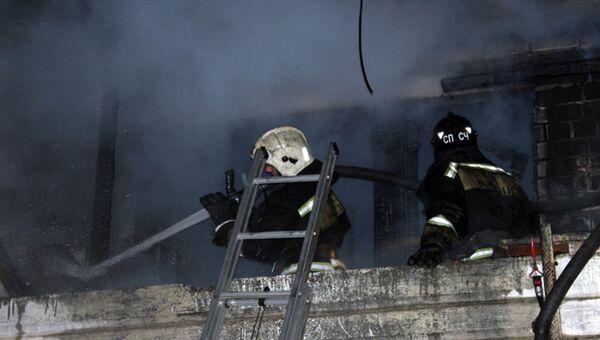 Сотрудники МЧС на месте пожара