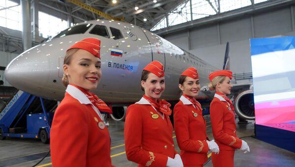 Девушки в униформе компании Аэрофлот на церемонии передачи авиакомпании Аэрофлот 50-го самолета Сухой Суперджет 100 в аэропорту Шереметьево. 25 сентября 2018