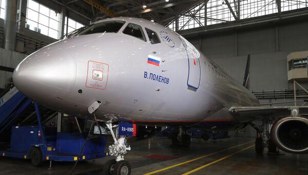 Самолет Сухой Суперджет 100 во время церемонии передачи авиакомпании Аэрофлот 50-го самолета Сухой Суперджет 100 в аэропорту Шереметьево. 25 сентября 2018