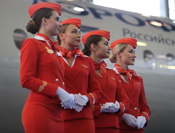 Девушки в униформе компании Аэрофлот на церемонии передачи авиакомпании Аэрофлот 50-го самолета Сухой Суперджет 100 в аэропорту Шереметьево