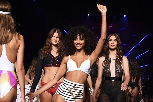 Показ коллекции белья бренда Etam на Неделе моды в Париже
