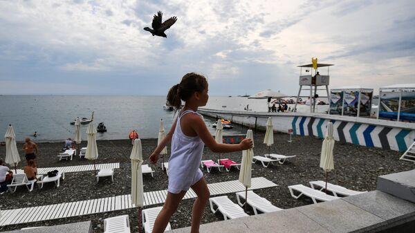 Девочка на набережной в Сочи