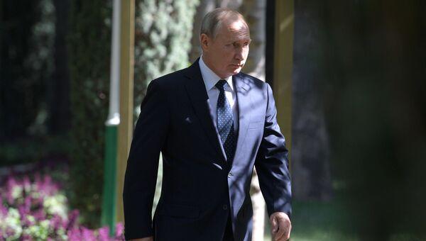 Президент РФ Владимир Путин перед совместным фотографированием глав государств-участников Содружества Независимых Государств. 28 сентября 2018