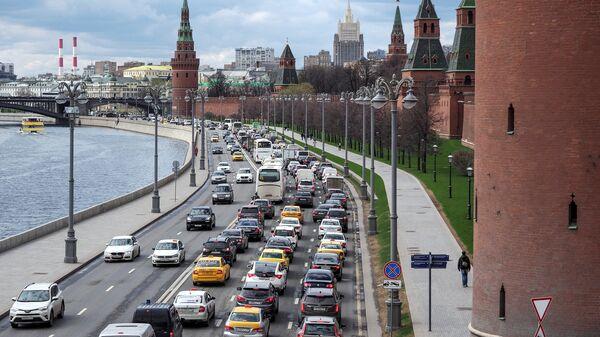 Автомобильное движение на Кремвлеской набережной в Москве