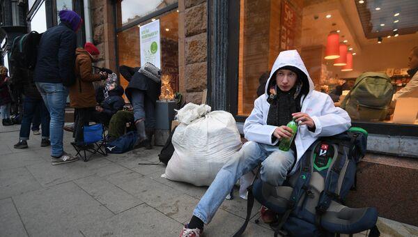 Юноша в очереди у магазина re:Store на Тверской улице в Москве, где 28 сентября начались продажи новых iPhone XS и iPhone XS Max