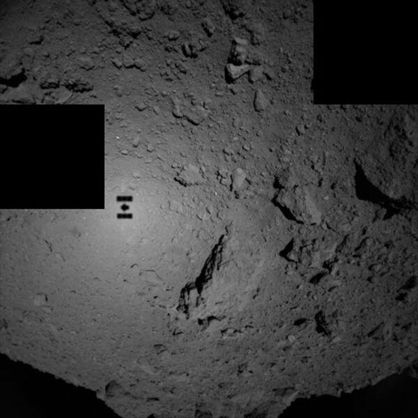 Тень зонда Хаябуса-2 на астероиде Рюгу