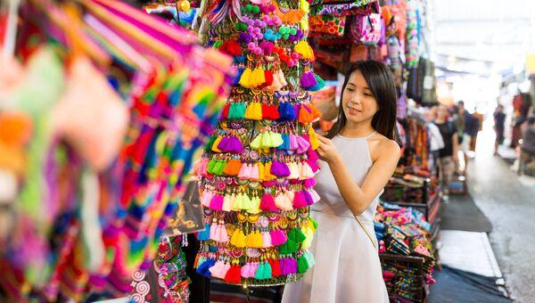 Девушка во время шоппинга в Китае