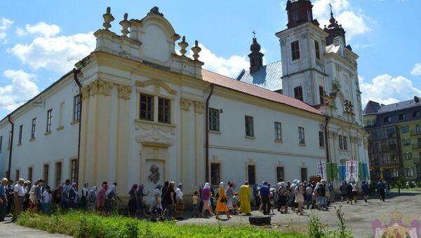Прихожане у Свято-Троицкого храма в поселке Богородчаны Ивано-Франковской области, Украина