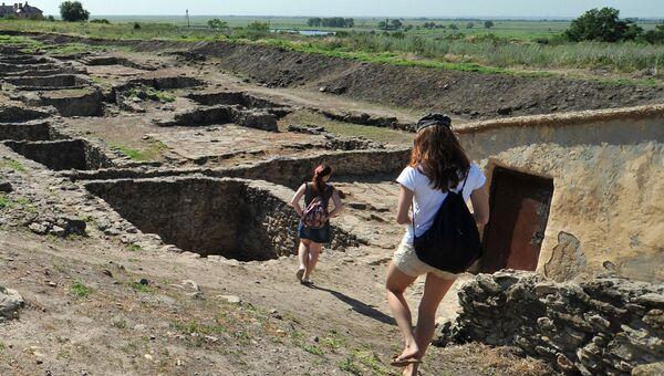 Посетители в археологическом музее-заповеднике. Архивное фото