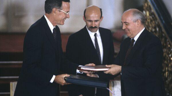 Президент СССР И США Михаил Горбачев и Джордж Буш в Кремле после подписания Договора о сокращении стратегического оружия. В центре - переводчик М.С. Горбачева Павел Палажченко. 1991 год