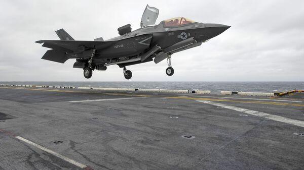 Американский истребитель F-35B Lightning II совершает посадку на палубу десантного корабля типа Уосп