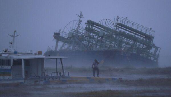 Тайфун Трами в порту в Йонабару на южном острове Окинава, Япония. 29 сентября 2018