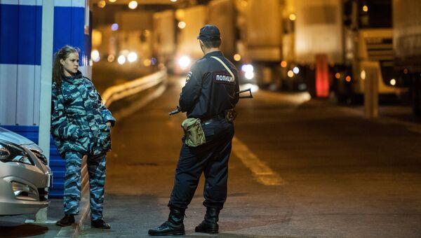 Сотрудники полиции на подъезде к Керченскому мосту, где были сняты ограничения на движение фур свыше 3,5т. 1 октября 2018