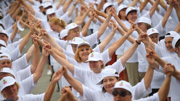 Участники массового флешмоба по зумбе в рамках проведения танцевального марафона Московское долголетие. Архивное фото