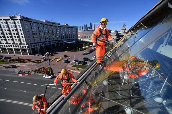 Промышленные альпинисты моют мост