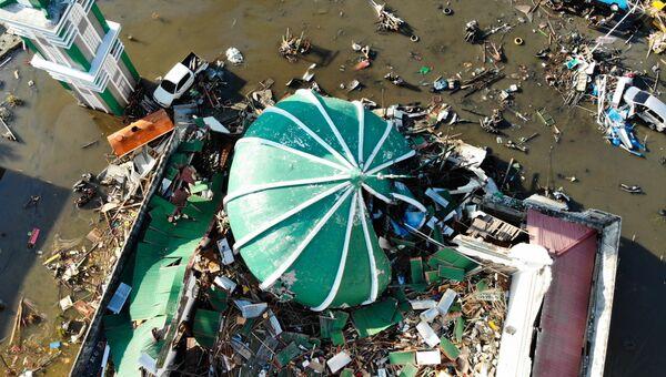Обрушившаяся мечеть в городе Палу на острове Сулавеси в Индонезии, где прошло разрушительное землетрясение и цунами. 1 октября 2018 года